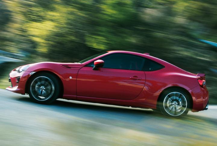 「4人乗りスポーツカーの魅力」デートや遊びにおすすめの10選