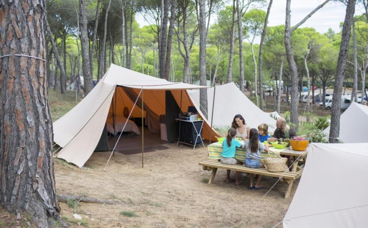 タープテントはキャンプを楽しむには必須アイテム。選び方から活用法