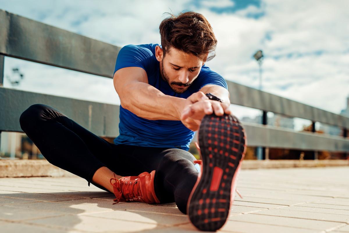 股関節が固い人へ効果的なストレッチ方法|硬くなる原因と対策も紹介