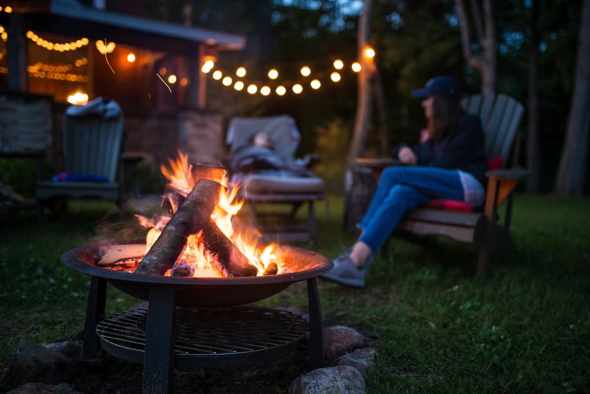 キャンプで薪ストーブを使いたい。使うときの注意点とおすすめとは?