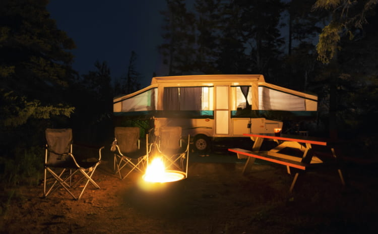 「タープで焚き火」しても安全な素材選び。雨や寒い日が楽しくなる